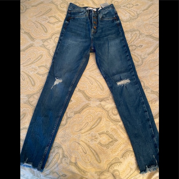 Zara button up distressed jeans in EUC size 6.